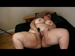 與大山雀的大肥胖bbw使用與她濕刮的陰部