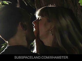 年輕的金發女郎綁在和性交在樹林裡