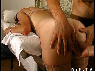 法國紅頭髮人蕩婦得到肛門插入三人性交