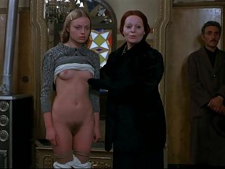 年輕的金發女郎正在男性客戶面前裸體。