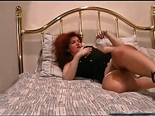 紅頭髮人手指她的多汁的貓
