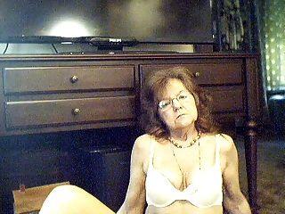 64 y.o.有長的頭髮的甜性感的老婆婆