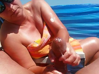 在海灘上的handjob與大cumshot由熱的milf