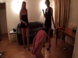 殘酷的女士們有一個奴隸的樂趣