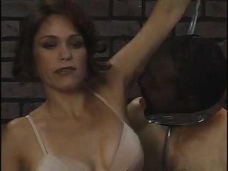 奴隸清洗她的腋窩