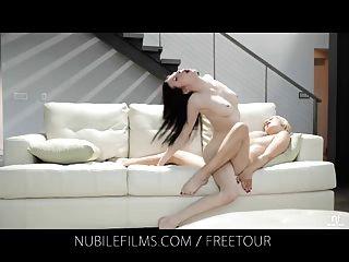 nubile電影女同性戀戀人分享甜美的果汁