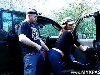 他在Facebook上遇到她,把她在車裡