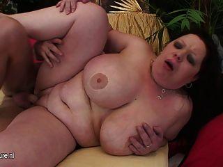 巨大的滴定的媽媽充滿了嘴