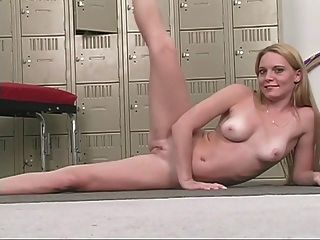性感的金發寶貝與漂亮的乳房摩擦她粉紅色的貓