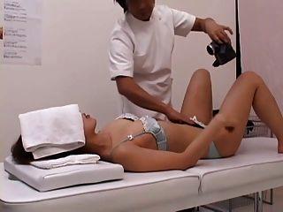 一個猥褻女士在按摩部分2的中間請求性