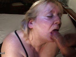 大媽媽得到她的臉上覆蓋暨