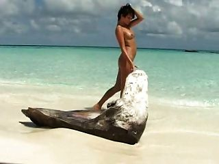深色的女孩戲劇與她被刮的pussie在海灘