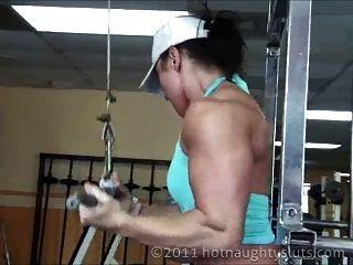肌肉女孩鍛煉和淋浴
