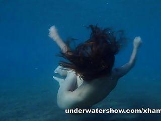 茱莉亞在海中游泳水下裸體