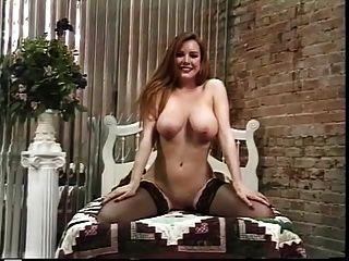 成熟的妓女條,炫耀她漂亮的屁股
