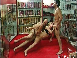 法國milf肛門他媽的在threesome在sexshop