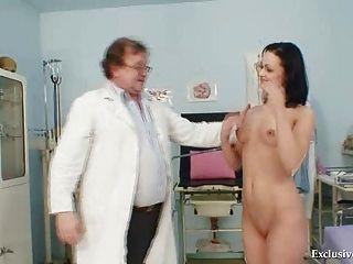 由老醫生在診所的淺黑膚色的男人pavlina陰道檢查