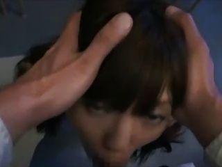 可愛的日本女孩後學校facefuck和巨大的面部