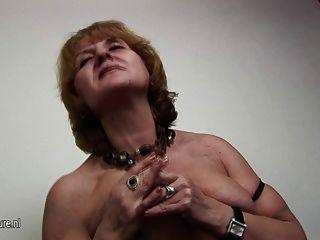 成熟的老unt jennifer在性感的內衣告訴究竟什麼