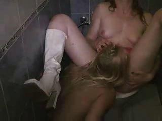 熱的金發女同性戀舔濕的陰部