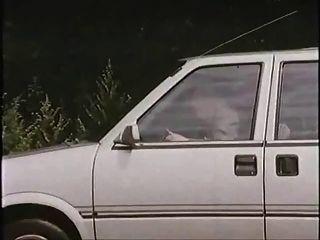 有妓女的老人在汽車