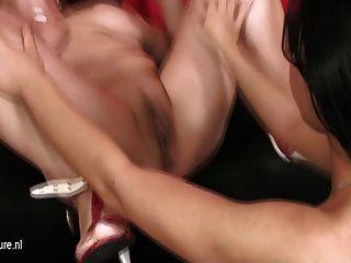 熱女兒舔一個成熟的女同性戀unt