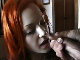 可愛的紅頭女孩吮吸噴公雞