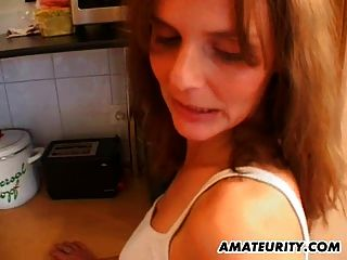 熱的業餘milf在她的廚房裡被他媽的