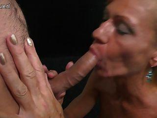 成熟的母親吮吸和他媽的堅硬的年輕男孩