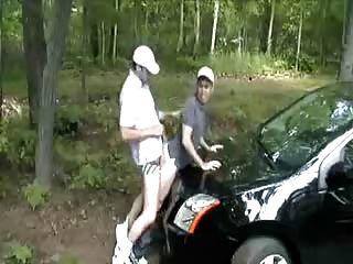 他媽的在他的車的帽子。熱!