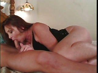 成熟的蕩婦吮吸和他媽的年輕男孩