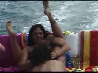 成熟女同性戀者在船上
