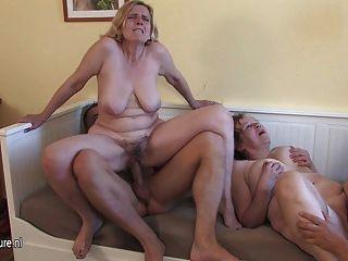 3個cockhungry成熟的母親得到了年輕的男孩