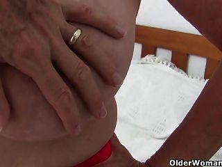 奶奶與大山雀得到手指他媽的攝影師