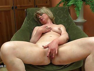 脂肪成熟媽媽玩她的假陽具