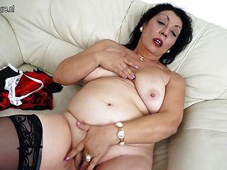 老媽媽愛在她的沙發上濕
