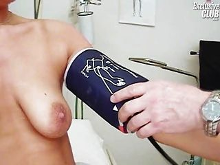janelle年輕的媽媽有她的陰部gyno窺器檢查