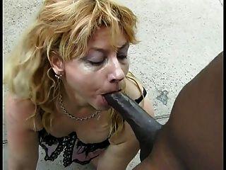 可愛的白色金發女人吮吸這個幸運的傢伙巨大的黑雞雞