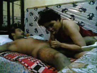 巴基斯坦婦女被一個軍人男人