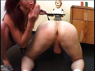 布魯內特hottie帶上她的傢伙屁股帶