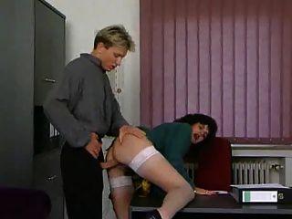 成熟的秘書得到性交