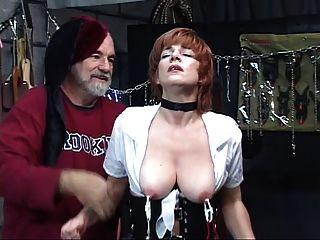 熱,成熟的紅發得到她的貓玩弄,吸吮雞巴在性交搖擺