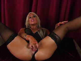 亞馬遜美女在內衣顯示她她完美的雙腿
