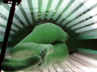 偷窺者真實的鏡頭從日光浴室的間諜相機