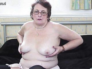 優雅的大奶奶仍然喜歡自己弄濕