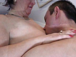 老奶奶他媽的和吸她的玩具