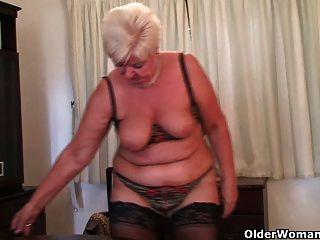絲襪的胖子奶奶玩振動器
