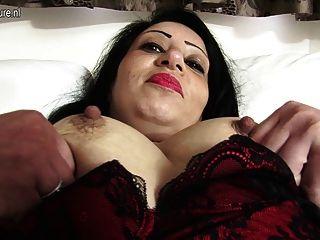熱阿拉伯英國媽媽變得赤裸和淘氣