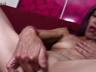 老皮膚的母親愛肛門和貓玩