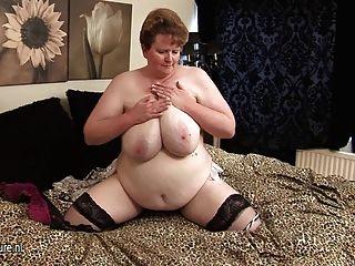 巨大的titted成熟老婆作夢年輕公雞